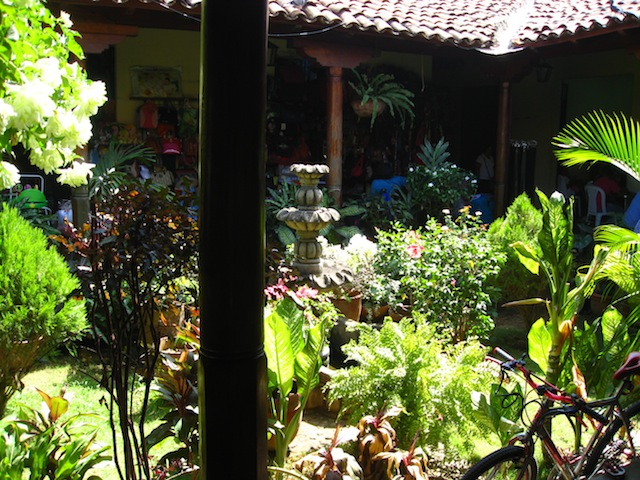 You want customers to shop so make them want to stay. The market in Leon is peppered with these lovely little courtyard gardens just inviting you to stay a little longer...